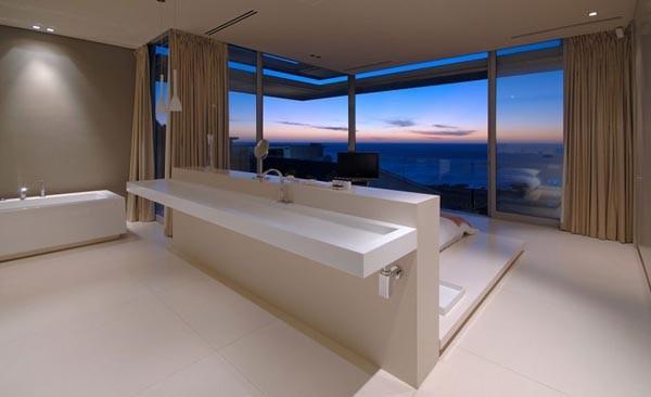 ванная с видом на море