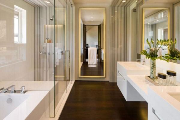 Зеркало и душ в ванной